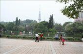 Bij de ingang van het Yue Xiu Park; ik ben die ene met die blauwe broek ;): by esther_in_china, Views[105]