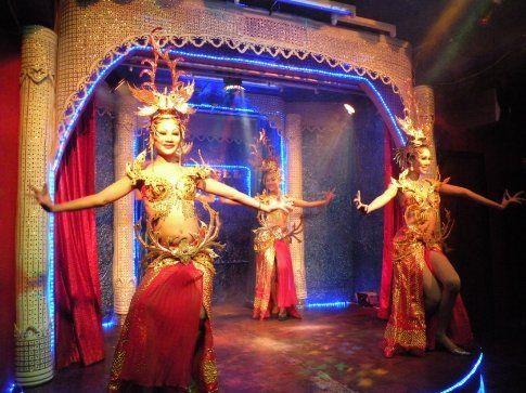 Ladyboy show i Hua Hin. Det vrimler med Ladyboys men vi er rendt ind i flest i Bangkok og Hua Hin. Rygter siger ogsaa at udenlandske maend tit
