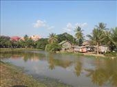 Taet paa vores hotel i Siem Reap. Bemaerk kontrasten mellem fattigdom (paa den hoejre side af flodbredden) og kapitalisme (den den modsatte side).: by karen_backpacking_in_asia, Views[65]