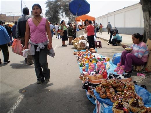 Camino al cementerio, una feria de vendedores ambulantes forma un corredor