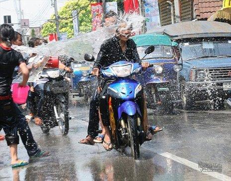 http://aphs.worldnomads.com/worldfestivals/15653/Thailand___Songkran_by_Wyndham.jpg
